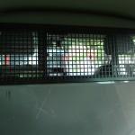 Spannend achterin een politie busje
