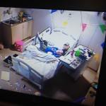 Ff z'n frustratie eruit gooien met spullen en trappen tegen het bed! Begrijpelijk!